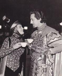 Olivia de Havilland & Basil Rathbone enjoying a tea break on the set of 'Adventures of Robin Hood' - 1938 Golden Age Of Hollywood, Vintage Hollywood, Classic Hollywood, Hollywood Couples, Hollywood Glamour, Divas, Olivia Havilland, Errol Flynn, Star Wars