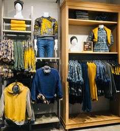 Visual merchandising applies displays, rooms, and floor scheming to create an environment that highlights a product's or service's appearance, features, and benefits by appealing. Clothing Store Displays, Clothing Store Design, Boutique Displays, Visual Merchandising Fashion, Store Layout, Visual Display, Retail Space, Retail Design, Clothes
