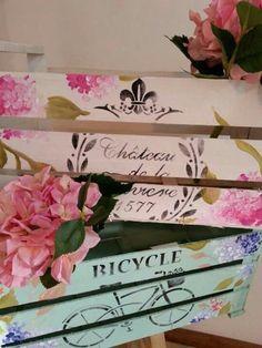Vintage Crates, Wooden Crates, Vintage Room, Vintage Shabby Chic, Fruit Box, Craft Fair Displays, Decoupage Art, Craft Fairs, Decoration