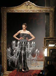 Moschino sorprendió con algunos diseños de vanguardia durante la presentación de su colección Otoño-Invierno 2016-2017, en la Semana de la Moda de Milán, Italia. (AP Photo/Antonio Calanni)
