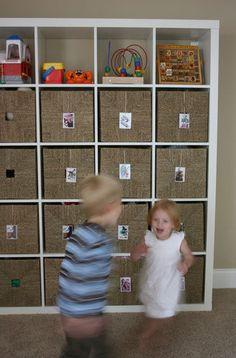 1000 id es sur organiser les jouets des enfants sur pinterest rangement des jouets stockage. Black Bedroom Furniture Sets. Home Design Ideas