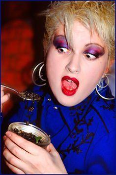 Cyndi L ❤ Sara Gilbert, Historical Hairstyles, Pop Rock Music, Four Tops, Cyndi Lauper, Actors, Pop Rocks, Hollywood Celebrities, Female Singers