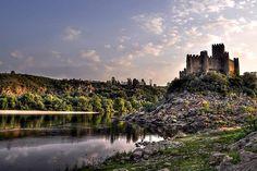 Castillo de Almourol - En un islote en el río Tajo en Portugal - via 101 Lugares Increibles 12.03.2015   Entre los lugares curiosos de Portugal, bien podría agregarse el castillo de Almourol. Curioso no tanto por su silueta (en Portugal hay otros castillos más imponentes en dimensiones), pero sí por su emplazamiento en un islote en medio del río Tajo.