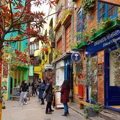 Good morning from #nealsyard #London. Even though the cold wind are chilling through the bones I had to visit. And what a colorful oasis it was. Looking forward to come back here to a warmer day and enjoy some time hanging around.