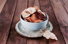 サツマイモなど今が旬の秋の根菜を使った揚ないベジタブルチップス。アメリカではジャガイモだけでなく、ヤムイモやビーツなどのチップスも人気ですよ。揚ないからカロリーも少ないのが嬉しいですね。#レシピ#料理#健康#オーガニック#ビーガン