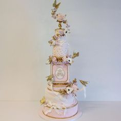 Here's a shot of the full cake from an incredible wedding this weekend with @filosophi and @flowerzinc #HnAHooray #weddingcake #vancouverweddingcake #sugarflowers #annaelizabethcakes #aelizabethcakes