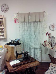Doppia tenda, farfalle e pizzo completata e decorata con una mantovana in misto lino ecrù..  da Progetto tende e di Pellin Annamonica   a Feltre (BL)