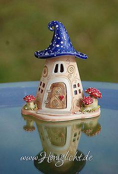 www.honiglicht.de Windlicht-Keramik-Elfenhaus-mit-Fliegenpilzen-und-blauem-Dach