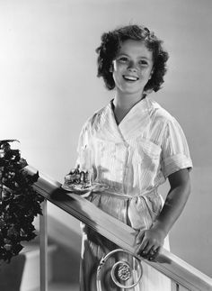 Shirley Temple: Shirley Temple the American child star, standing on a staircase, smiling. (Photo by Hulton Archive/Getty Images) Child Actresses, Child Actors, Actors & Actresses, Old Hollywood Movies, Classic Hollywood, Hollywood Actresses, Temple Movie, Shirly Temple, Temple Pictures