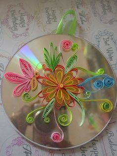 quilling on old CD good idea Arte Quilling, Origami And Quilling, Quilled Paper Art, Paper Quilling Designs, Quilling Paper Craft, Quilling Patterns, Paper Crafts, Quilling Ideas, Old Cd Crafts