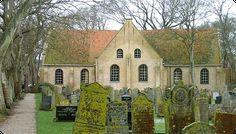 De Nicolaaskerk op Vlieland. In 1605 gebouwd op de plek van een kapel, in 1647 uitgebreid tot kruiskerk. De rijkdom van de Gouden Eeuw is goed te zien in de kerk. Eén van de kroonluchters draagt het wapen van Michiel de Ruyter, die hier wel naar de kerk ging. In de kerk zijn ook grafpalen, gemaakt van walviskaken.