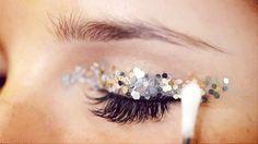 Make up bio per Natale: i glitter eco friendly Makeup Bronze, Makeup Black, Festival Makeup Glitter, Glitter Eye Makeup, Glitter Party, Make Up Gold, Eye Make Up, Make Up Looks, Beauty Makeup