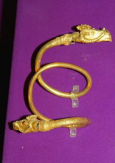 File:Dacian Gold Bracelet at the National Museum of Romanian History