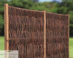 Ein eleganter Weidenzaun mit seitlichem Rahmen. Die Weidenruten sind um die abschließenden Querstreben oben und unten herum geflochten sind.