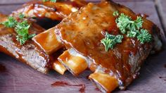 Pork ribs are always one of the most successful dishes in every barbecue. We bring you the ultimate recipe to cook BBQ pork ribs in your oven Pesto, Sauce Teriyaki, Barbecue Pork Ribs, Barbecued Ribs, Barbecue Sauce, Slow Cooker Ribs, Spareribs, Pork Rib Recipes, Paleo Recipes
