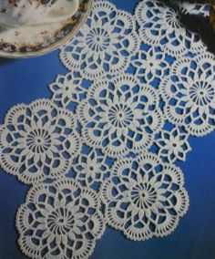 This Pin was discovered by Fat Crochet Doily Rug, Crochet Dollies, Crochet Stars, Crochet Circles, Crochet Doily Patterns, Crochet Tablecloth, Crochet Home, Thread Crochet, Irish Crochet