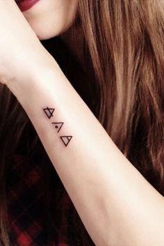 Resultado de imagem para tatuagem triangulo pulso