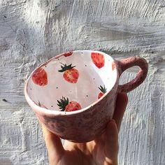 @odaryadarya.ceramic . Не забудьте поставить ❤, если понравилась работа #кружка #клубника