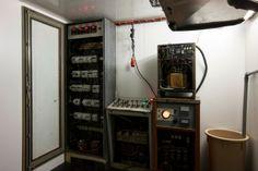 Micol Assaël Vorkuta, 2003 Installazione. Cella frigorifera (-30°C), quadro elettrico, scintille, sedia con resistenza elettrica, termostato...