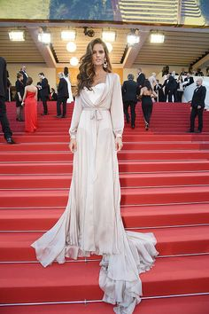 Wearing a neutral gown with a flowing skirt, Izabel Goulart turned heads as she made her way down the red carpet in this soft ensemble. Long loose waves with a light, flowy gown like hers are ideal for a more relaxed or elegant beach wedding.