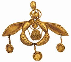 triglifos-y-metopas:    Two bees arranged about a honey comb, gold pendant with appliqué and granulated ornament.  Mallia, Crete, Greece.  1700-1550 B.C. (Middle Minoan)  [Heraklion Archaeological Museum]
