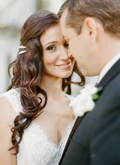 O verão pede cabelo solto e make natural no seu casamento! via @emotionmebr