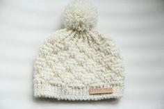 Studio Mojo: Baby Beanie with pompom. Crochet Cap, Crochet Baby Hats, Diy Crochet, Crochet Clothes, Knitted Hats, Crochet For Boys, Knitting For Kids, Baby Knitting, Brei Baby