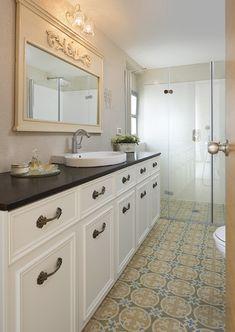 הבית של עידה - חדר האמבטיה של תמר ואודי. הרצפה חופתה באריחים של גלוסקא. חזיתות הארון נצבעו מלבד הפלטה העליונה. מראה ושליכט