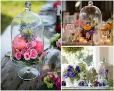 cloches en verre remplies de fleurs de printemps pour la déco de table originale