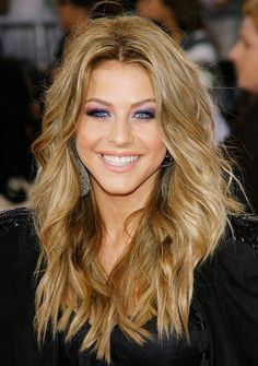 Great medium golden blonde.  Thinking of going this shade for the winter.............
