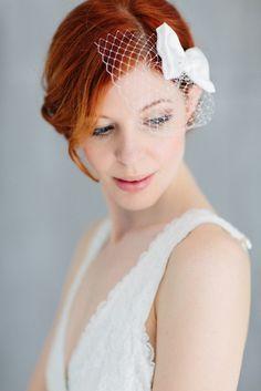 Ein romantischer Fascinator mit französischen Flair und einer Prise Eleganz. Die klassische Schleife ist aus weichen Satinstoff. Josefine by bellejulie.de