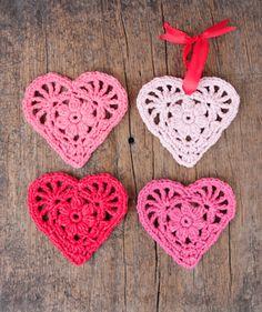 Ravelry: Rejoice Heart pattern by DROPS design Crochet Garland, Crochet Decoration, Crochet Ornaments, Crochet Yarn, Crochet Coaster Pattern, Crochet Patterns, Beginner Knitting Patterns, Magazine Drops, Knitted Heart