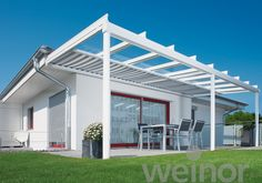 Een glazen terrasoverkapping met onderliggende zonwering