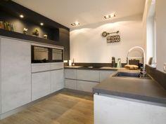 Antraciet muur wit en licht grijs kookeiland wonen en keuken