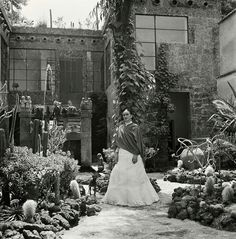 LM Inspiration: Frida Kahlo in the garden of her house shared with Diego Rivera, La Casa Azul, in Colonia del Carmen , Mexico City, Rare Images, Rare Photos, French Photographers, Portrait Photographers, Fridah Kahlo, Diego Rivera Frida Kahlo, Holidays To Mexico, Feminist Icons, Miss Moss