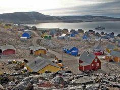 Ittoqqortoormiit, le bout du monde au Groenland : paysage lunaire et ces petites maisons de couleur