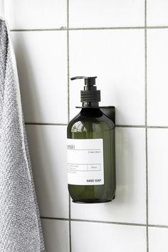 Vægophæng sort - 500 ml. flaske fra Meraki Enkel og funktionel holder til din sæbedispenser. Ophænget er ideel til badeværelset til din shampoo og conditioner.