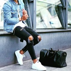 Royal Fashionsit is the best Men's Fashion Guide. Here you will find the latest trends on men's style. Get inspired with these outfits and leave your comment below. Stylish Men, Men Casual, Ripped Knee Jeans, Style Masculin, Denim Jacket Men, Denim Jackets, Men With Street Style, Herren Outfit, Mens Style Guide