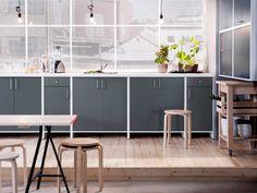 IKEA Österreich, Inspiration, Küche, Arbeitsplatte FYNDIG, Hocker FROSTA, Griff ATTEST, Servierwagen BEKVÄM