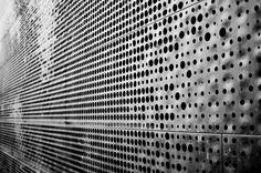 de Young Museum herzog and de meuron Metal Facade, Metal Screen, Metal Panels, Archi Design, Facade Design, Facade Architecture, Contemporary Architecture, Wall Patterns, Textures Patterns