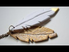 M Learn to make this easy feather pendant using polymer clay, gold leaf and mica powders. You can buy at: http://www.ezebee.com/es/frifrihandmade es.dawanda.co...