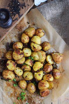 Gebackene Kartoffelhaelften mit Rosmarin - Baked Potato Skins with rosemary - Recipes Potato Recipes, Lunch Recipes, Beef Recipes, Vegetarian Recipes, Cooking Recipes, Healthy Recipes, Savoury Recipes, Cooking Cake, Cooking Videos