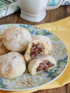 BISCOTTI MORBIDI cuor di NUTELLA ricetta facile e veloce per biscotti fatti in casa golosi dal cuore morbido di Nutella. Buonissimi per la colazione o la merenda, i biscotti morbidi cuor di Nutella si mantengono così per più giorni. Italian Cookie Recipes, Italian Cookies, Biscotti Cookies, Almond Cookies, Caramel Cookies, Brownie Cookies, Eclairs, Food Hacks, Deserts