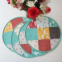 28 Free Quilted Table Runners Pattern Guide Patterns - Holidays and events Table Runner And Placemats, Table Runner Pattern, Quilted Table Runners, Quilt Placemats, Quilting Projects, Quilting Designs, Craft Projects, Sewing Projects, Sewing Tips