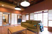 古民家の佇まいに、フランスを中心としたミッドセンチュリーのモダンな家具。建築家の宮田一彦さんが、自宅兼アトリエとしてリノベーションした。