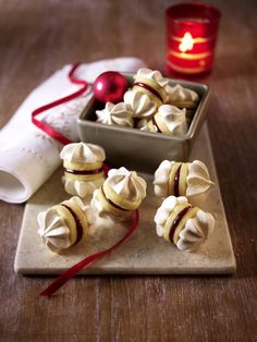 Mürbeteig-Baiser-Plätzchen mit Geleefüllung Our popular recipe for shortbread meringue cookies with jelly filling and more than other free recipes at LECKER. Galletas Cookies, Xmas Cookies, Cupcake Cookies, Xmas Food, Christmas Sweets, Christmas Baking, Bakery Recipes, Cookie Recipes, Austrian Recipes