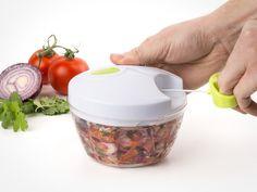 Sleng sammen en salat på et blunk med en hånddrevet grønnsakshakker! Perfekt også for frukt, urter, nøtter og beinfritt kjøtt Kjøp på CoolStuff.no