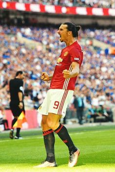Manchester United's Swedish striker Zlatan Ibrahimovic celebrates scoring their second goal during the FA Community Shield football… Manchester United Images, Manchester United Football, Manchester City, Arsenal Football, Football Match, Football Stuff, Fa Community Shield, Cristino Ronaldo, Ronaldo Football