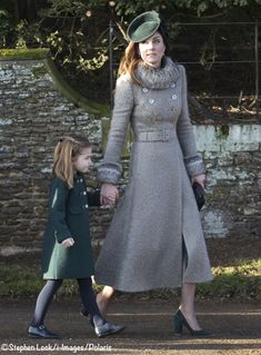 """""""Stephen Lock's pictures of the Duchess of Cambridge and her children Prince George and Princess Charlotte at the Christmas Day church service in Sandringham Kate Middleton Stil, Estilo Kate Middleton, Princesa Kate, Herzogin Von Cambridge, Lady Louise Windsor, Charlotte Windsor, Royal Christmas, Catherine Walker, The Duchess"""