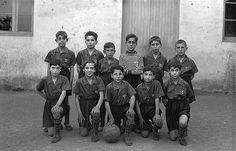 #Pamplona #Navarra. Fotografía de estudio de Agustín y Gerardo Zaragüeta que inmortaliza a un grupo de niños de los años 30 antes de un partido de fútbol.